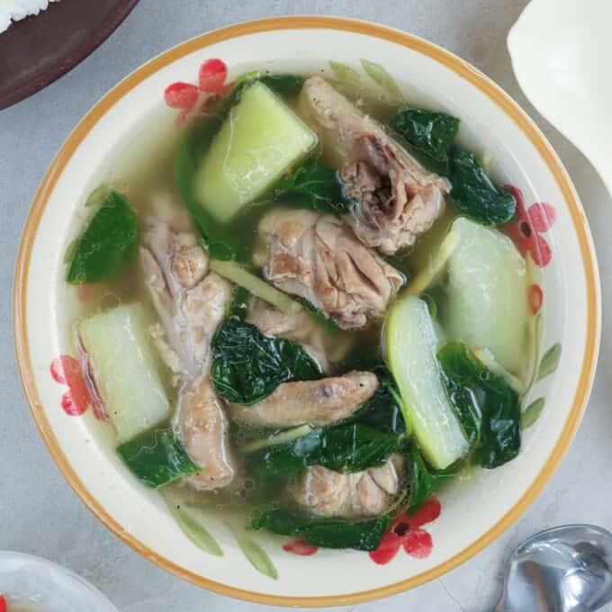 tinolang manok in a serving bowl