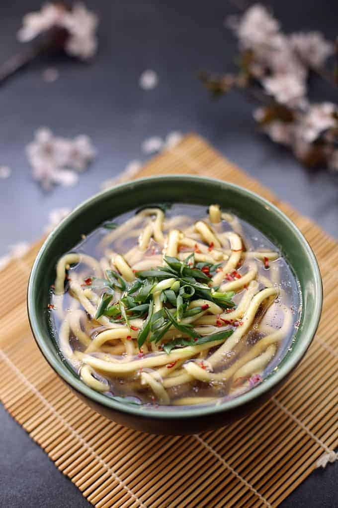 Kake Udon is a delicious soup of udon noodles served in a simple kakejiru soup stock