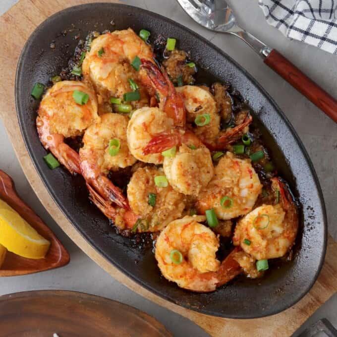 shrimp scampi with Sriracha on a sizzling skillet