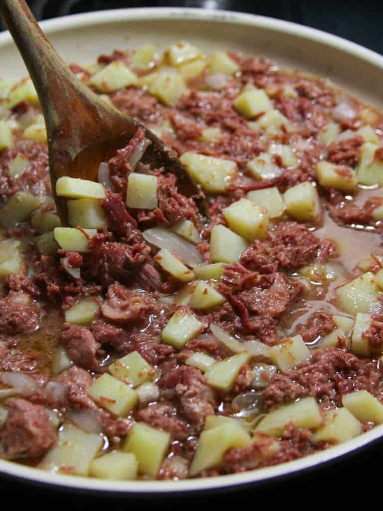 corned beef guisado with potatoes in a pan
