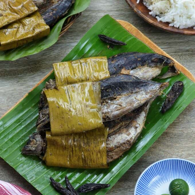 sinaing na tulingan on a wooden platter with a side of steamed rice